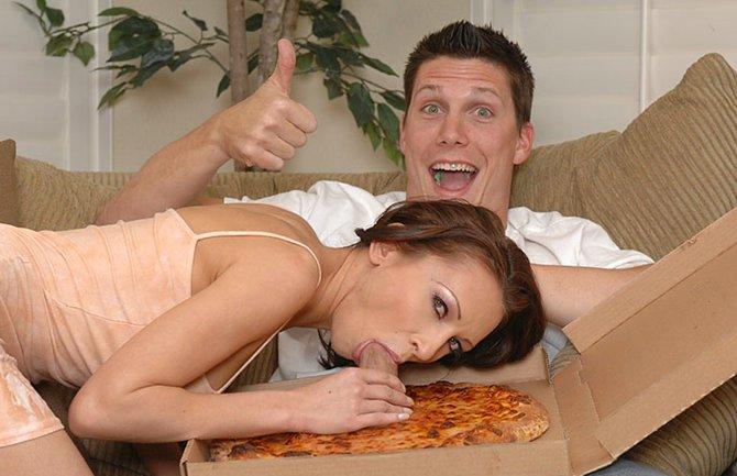 Член торчит из пиццы фото 60-496