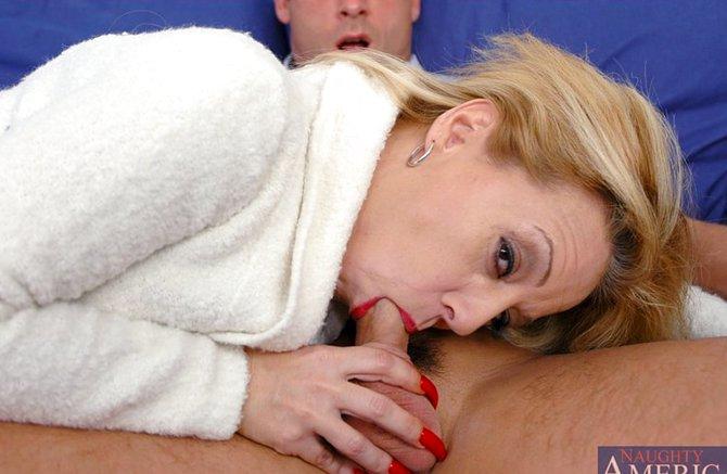 Молодой парень ласкает и трахает жирную старушку смотреть