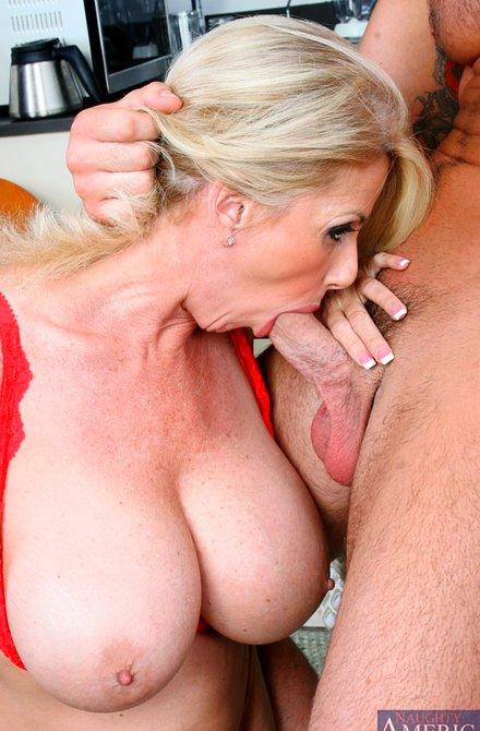 Тетя с грудью трахается