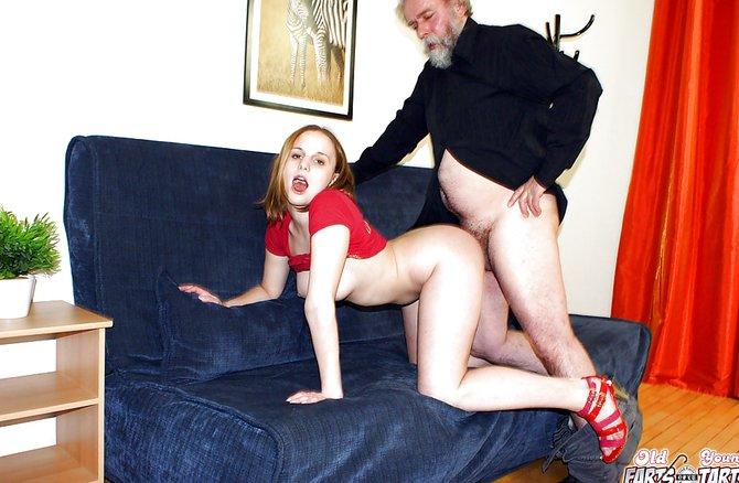дедушка и внучка занимаются на диване сексом