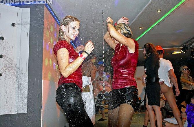 девушки голые пенная вечеринка