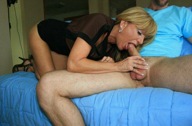 Развратная мама сосет у сына вместе с дочкой