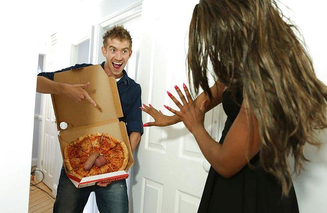 Негритянка Трахается С Разносчиком Пиццы