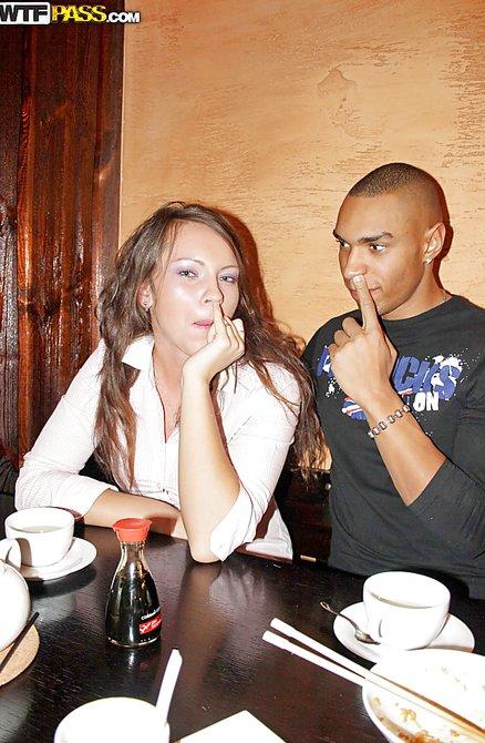 Трахнул девушку в ресторане фото 282-629