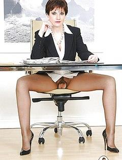 Зрелая дамочка показала влагалище в своем кабинете