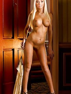 Эротическая девушка показала свое классное тело