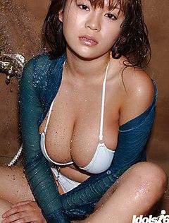 Азиатская мокрая телка трудится в душевой комнате