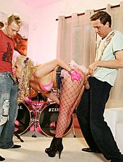 Похотливая женщина страстно трахается с музыкантами