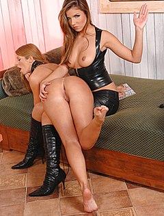 Страстная госпожа издевается над голой девкой