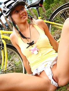Голая велосипедистка получает бурное наслаждение
