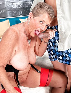 Старая мама любит сосать член молодых ухажеров