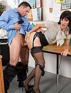 Крепкий жеребец жарко выебал секретаршу на столе
