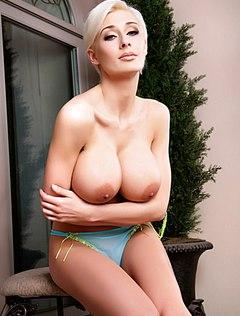 Упругие дойки блондинки возбудят кого угодно