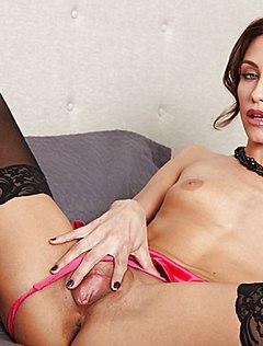 Сексуальная телка в черных чулках показывает свою киску