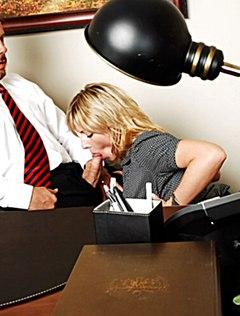 Разнузданная секретутка страстно ублажает босса