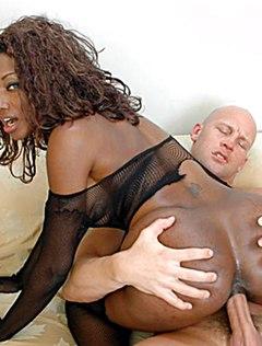 Высокий ебарь жестко трахнул красивую негритянку
