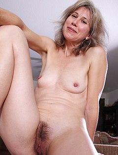 Седовласая мама голышом соблазняет супруга