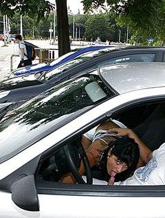Сладкая кошечка делает минет в машине бойфренду