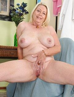 Толстая мамаша без трусиков шалит после работы