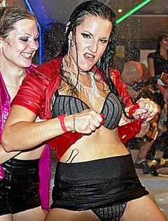 Пенная вечеринка девушек переполнена страстью