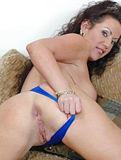 Разгульная женщина показывает пизду на кастинге