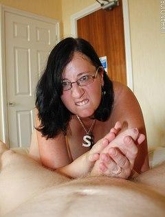 Толстая жена дрочит мужу хуй перед сном