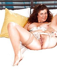 Толстушка в чулках и без трусов шалит в кровати