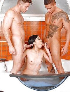 Смелая азиатка сосет хуй в ванной двум мужикам