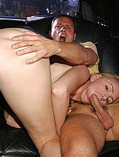 Веселая блондинка устроила мужику отсос в машине
