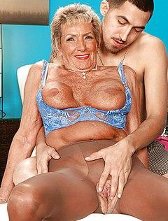 Сын трахнул свою маму на удобной кушетке
