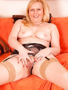 Толстая женщина дрочит свою пизду металлическим членом