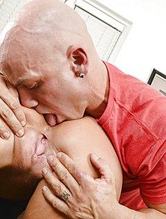 Крепкий любовник полизал жопу аппетитной блонды