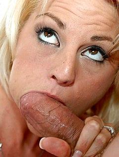 Блондинка смачно берет за щеку