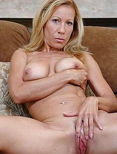 Блондинка откровенно показала мужу киску