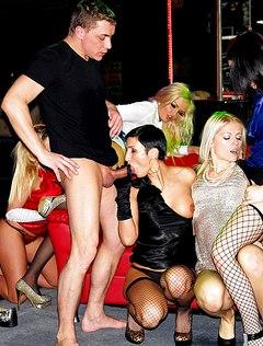 Гламурные девки сосут на вечеринке