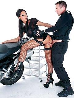 Крутые любовники ебутся на мотоцикле