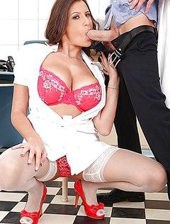 Развратный доктор дал в рот медсестре