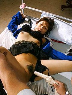 Мужчина мастурбирует девке киску игрушкой