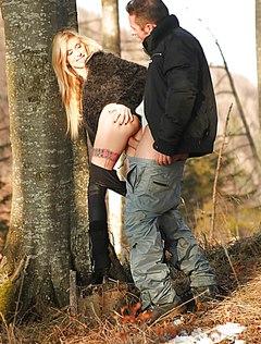 Хуястый мужик оттрахал девушку в парке