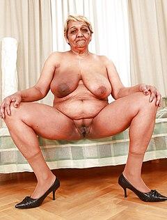 Бабка раздвигает пизду перед камерой