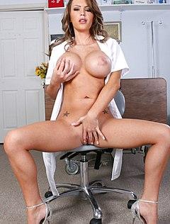 Медсестра показала грудь перед камерой