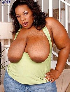 Жирная баба с огромными титьками шалит на диване