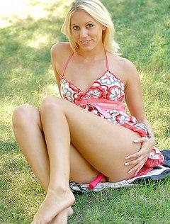 Блонда в платье без трусиков снимается в парке