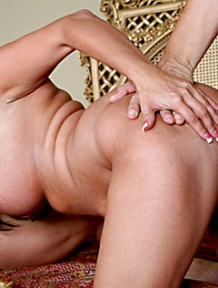 Качки суют два больших хуя в женщину