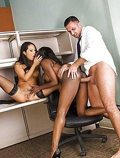 Брутальный самец выебал сотрудниц на работе