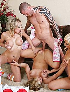 Мужик получил секс с тремя девками