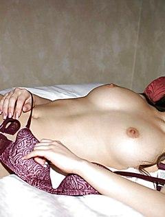Соблазнительная голая японка работает на кровати