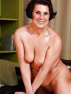 Возбужденная бабка с небритой вагиной