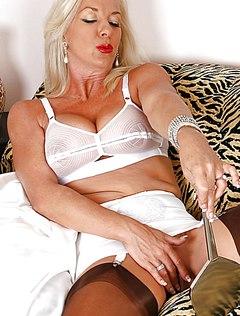 Приятная блонда разглядывает свою киску