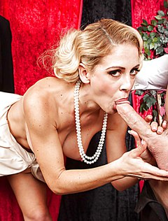 Активная блондинка взяла в рот длинный член
